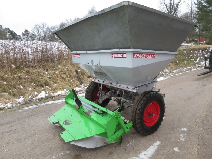 4275 Reekie potato planter 2 row with Front Fertilizer