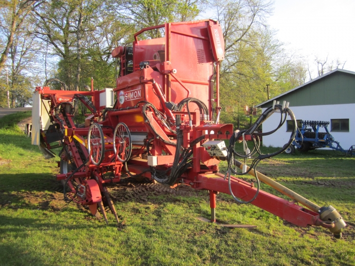 3352 Simon carrot harvester 1 row with bunker