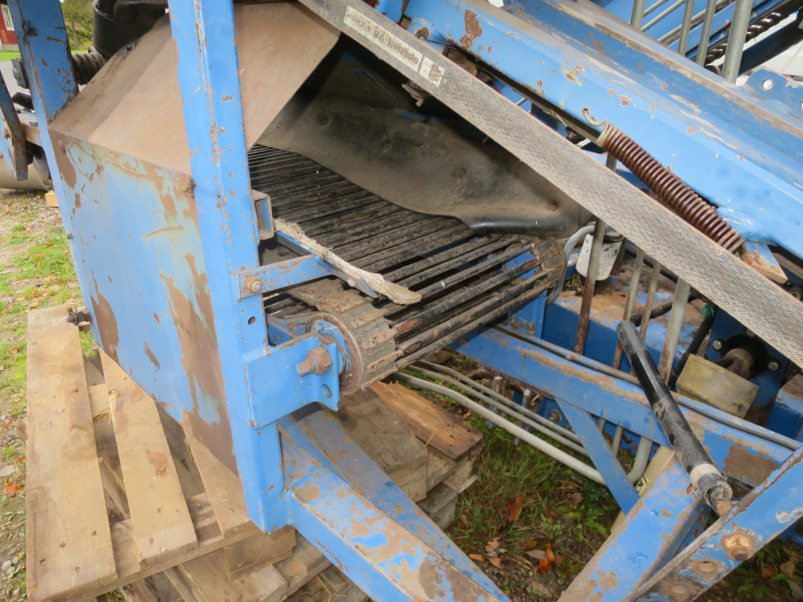 5290 Asa-Lift carrot harvester with elevator
